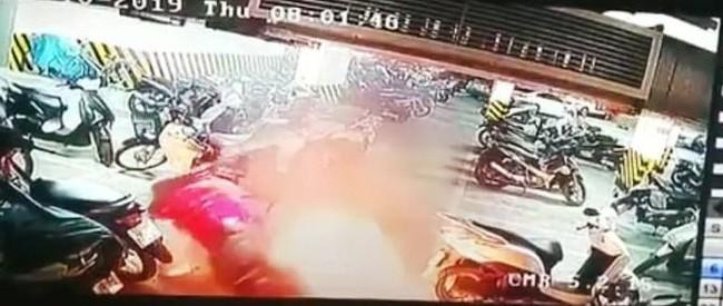Hà Nội: Xe máy bất ngờ bốc cháy dưới tầng hầm chung cư, người dân hốt hoảng dập lửa - ảnh 1