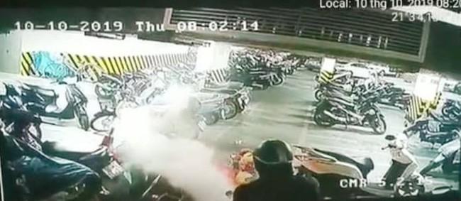 Hà Nội: Xe máy bất ngờ bốc cháy dưới tầng hầm chung cư, người dân hốt hoảng dập lửa - ảnh 2