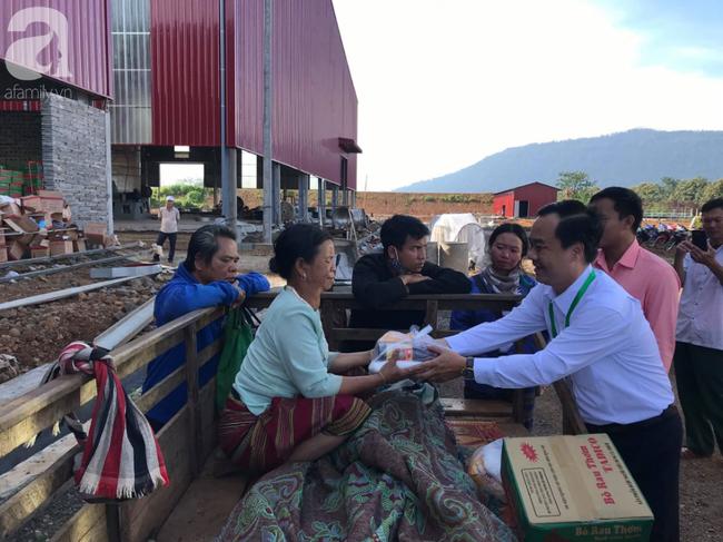 Hình ảnh xúc động tại Lào: Con trai út cõng cha già 77 tuổi bị liệt vượt hàng chục cây số đến nhờ bác sĩ Việt chữa trị - ảnh 11