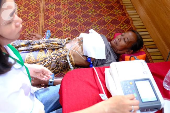 Hình ảnh xúc động tại Lào: Con trai út cõng cha già 77 tuổi bị liệt vượt hàng chục cây số đến nhờ bác sĩ Việt chữa trị - ảnh 12