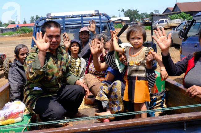 Hình ảnh xúc động tại Lào: Con trai út cõng cha già 77 tuổi bị liệt vượt hàng chục cây số đến nhờ bác sĩ Việt chữa trị - ảnh 15