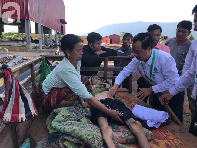 Hình ảnh xúc động tại Lào: Con trai út cõng cha già 77 tuổi bị liệt vượt hàng chục cây số đến nhờ bác sĩ Việt chữa trị - ảnh 6