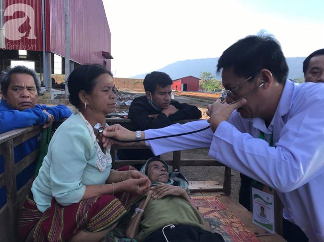 Hình ảnh xúc động tại Lào: Con trai út cõng cha già 77 tuổi bị liệt vượt hàng chục cây số đến nhờ bác sĩ Việt chữa trị - ảnh 7