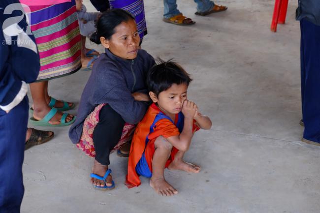 Hình ảnh xúc động tại Lào: Con trai út cõng cha già 77 tuổi bị liệt vượt hàng chục cây số đến nhờ bác sĩ Việt chữa trị - ảnh 8