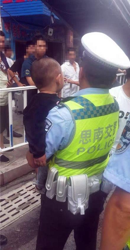 Xích mích với em trai 2 tuổi, anh trai mất bình tĩnh tát em ngã lăn ra đường suýt bị xe đâm và lời cảnh tỉnh đến cha mẹ - Ảnh 3.