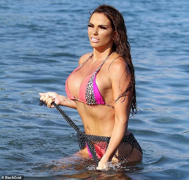 Bom sex xứ Anh diện bikini khoe vòng 1 ngồn ngộn nhưng dân tình chỉ dán mắt vào vết dao kéo to đùng đoàng lồ lộ ở dưới - Ảnh 3.