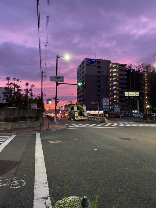 Trái ngược với bầu trời tím dự báo điềm dữ trước khi Hagibis đổ bộ, dân Nhật hứng khởi với cảnh quang đãng, trăng sáng rực khi siêu bão đi qua - ảnh 4