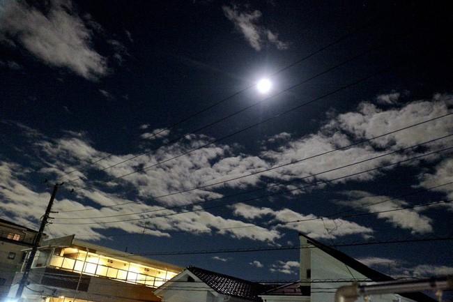Trái ngược với bầu trời tím dự báo điềm dữ trước khi Hagibis đổ bộ, dân Nhật hứng khởi với cảnh quang đãng, trăng sáng rực khi siêu bão đi qua - ảnh 5