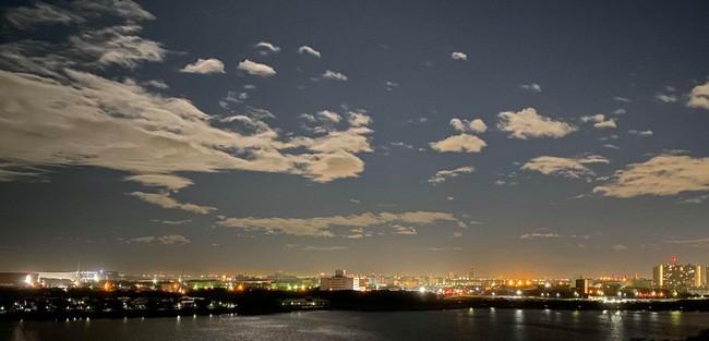 Trái ngược với bầu trời tím dự báo điềm dữ trước khi Hagibis đổ bộ, dân Nhật hứng khởi với cảnh quang đãng, trăng sáng rực khi siêu bão đi qua - ảnh 6