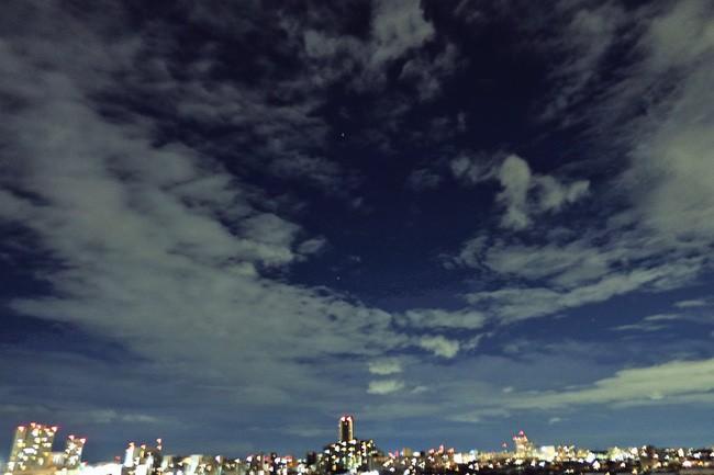Trái ngược với bầu trời tím dự báo điềm dữ trước khi Hagibis đổ bộ, dân Nhật hứng khởi với cảnh quang đãng, trăng sáng rực khi siêu bão đi qua - ảnh 7