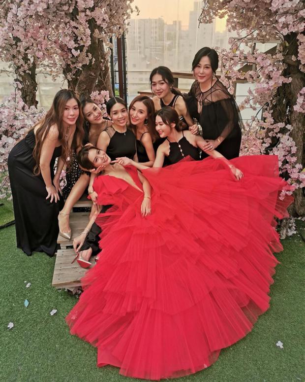 Váy cưới của Văn Vịnh San trong hôn lễ với chồng đại gia: chiếc lộng lẫy xa hoa, chiếc siêu to khổng lồ với mức giá trên trời gây choáng - ảnh 8