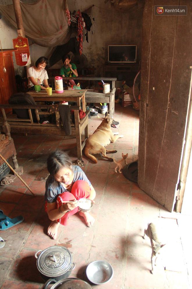 """Xót xa cụ bà 75 tuổi nuôi cả gia đình bị tâm thần và thiểu năng trí tuệ ở Vĩnh Phúc: """"Tôi khuất núi không biết các cháu sẽ ra sao"""" - ảnh 12"""