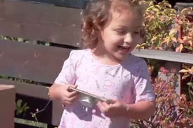 Mẹ đưa cho con gái 2 tuổi nghịch điện thoại và cái kết khiến mẹ phải cười ra nước mắt - ảnh 1