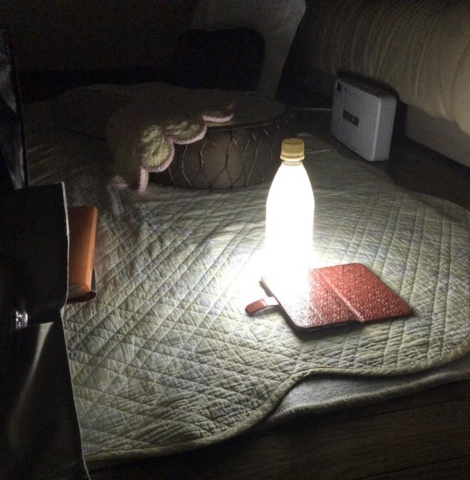 Cái khó ló cái khôn: Mất điện vì siêu bão, thanh niên Nhật Bản chế đèn cứu hộ dã chiến chỉ từ smartphone và chai nước - ảnh 3