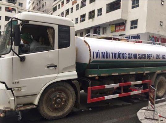 Xác định nguyên nhân nước cấp cho cư dân khu đô thị Linh Đàm có mùi tanh, màu lạ: Do bồn chứa của xe cung cấp nước không sạch - ảnh 1