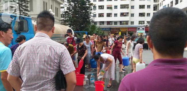 Xác định nguyên nhân nước cấp cho cư dân khu đô thị Linh Đàm có mùi tanh, màu lạ: Do bồn chứa của xe cung cấp nước không sạch - ảnh 4