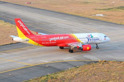 Nhân viên sân bay Tân Sơn Nhất lái xe bán tải tạt đầu máy bay khiến phi công thót tim - ảnh 1