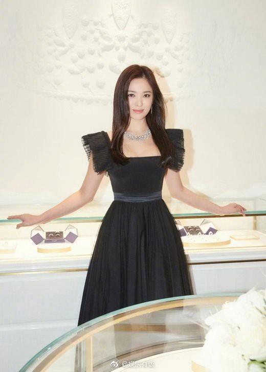 Loạt khoảnh khắc gây sốt của Song Hye Kyo tại sự kiện hôm qua: Ly hôn xong càng ngày càng quyến rũ khó tin - Ảnh 6.