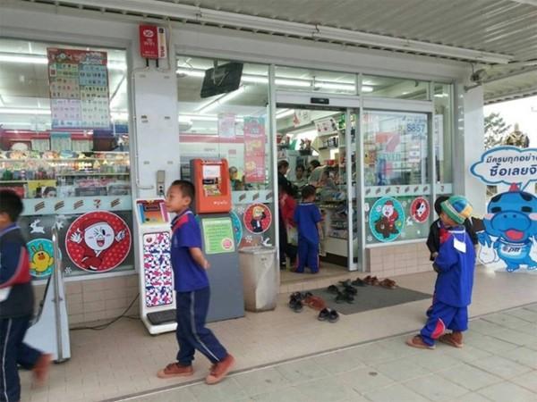 Nhóm học sinh bỏ dép khi vào cửa hàng dù không có quy định, lúc đầu ai cũng khó hiểu nhưng sau đó hết lời khen ngợi - ảnh 2
