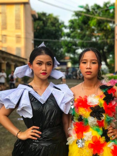Choáng ngợp với bộ sưu tập thời trang từ phế liệu và rác thải của học sinh, sang chảnh không kém gì thời trang chuyên nghiệp - ảnh 8