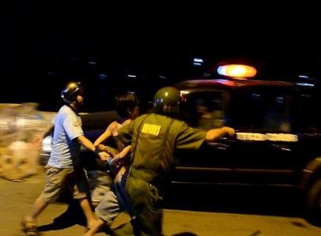 Người đàn ông dí dao doạ cướp nửa triệu đồng của thanh niên 9X bán hủ tiếu ở Sài Gòn - ảnh 1
