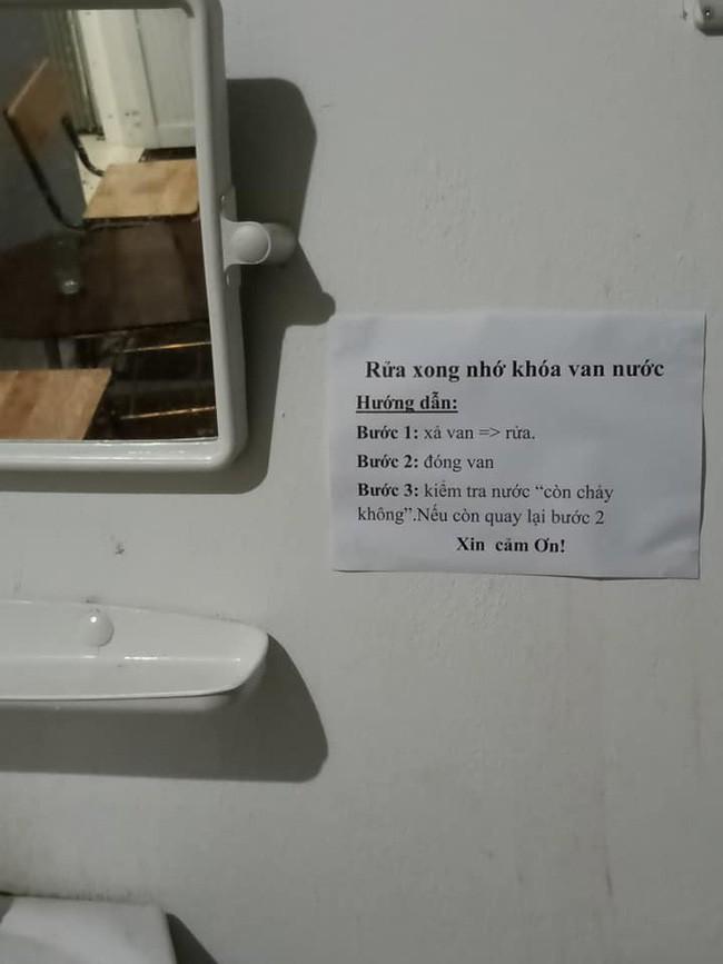 Sợ học sinh đi vệ sinh quên dội nước, thầy giáo viết mấy câu khiến ai cũng giật mình ghi nhớ ngay - ảnh 1