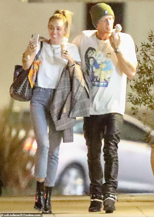 Miley Cyrus lần đầu công khai khoá môi Cody Simpson trước bàn dân thiên hạ, dính tình trẻ như hình với bóng - Ảnh 8.