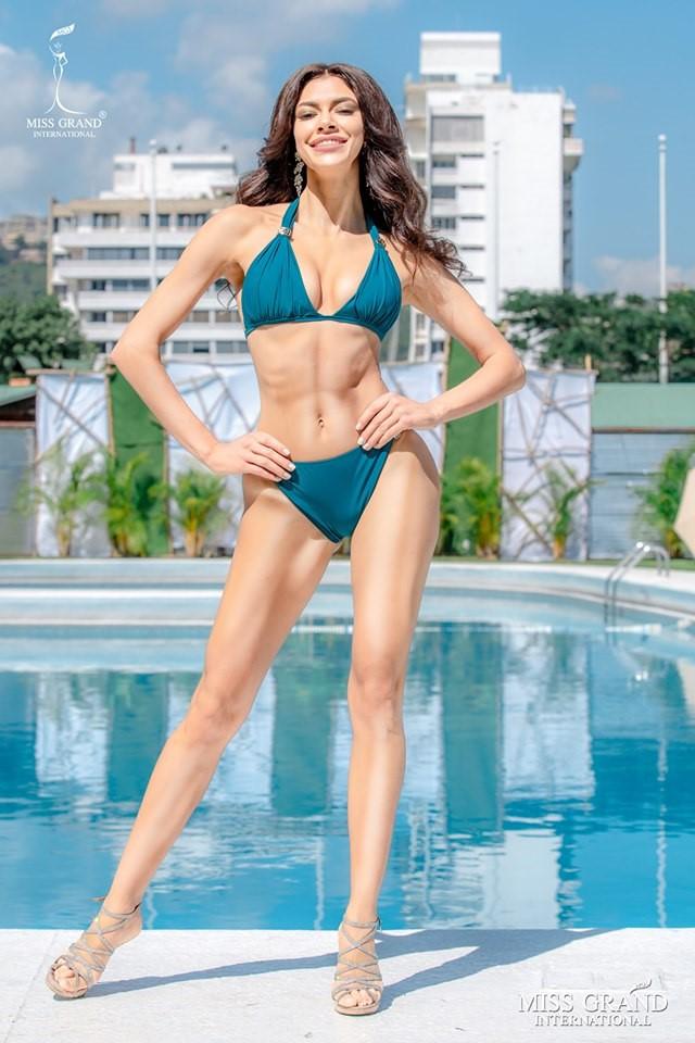 Ảnh bikini của Kiều Loan và thí sinh Hoa hậu Hòa bình bị photoshop quá đà: Body tưởng múi mà trơ xương, tay chân méo mó! - Ảnh 2.