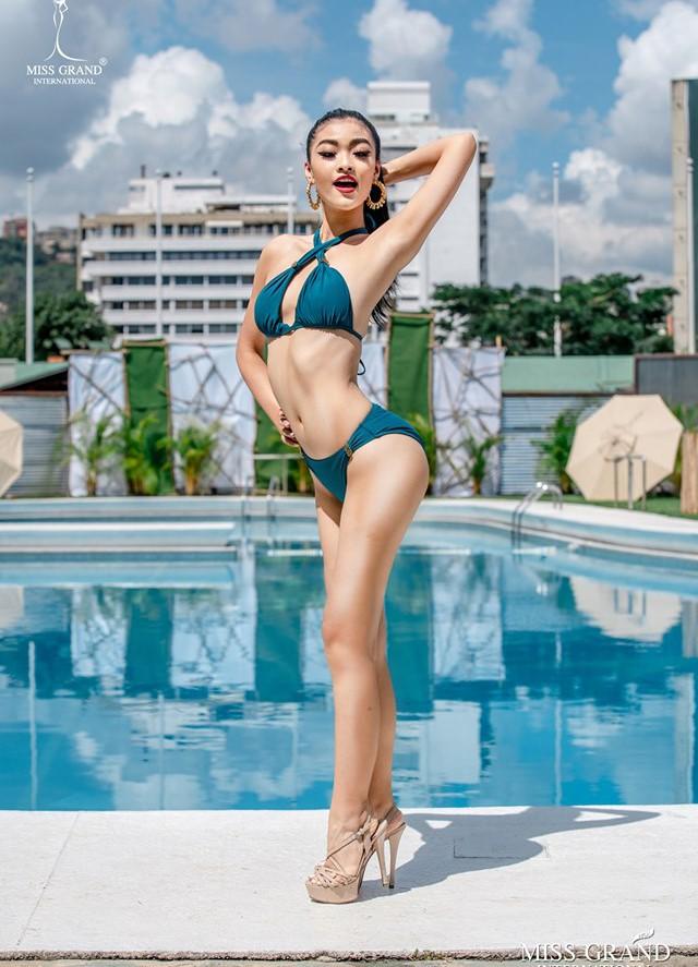 Ảnh bikini của Kiều Loan và thí sinh Hoa hậu Hòa bình bị photoshop quá đà: Body tưởng múi mà trơ xương, tay chân méo mó! - Ảnh 1.