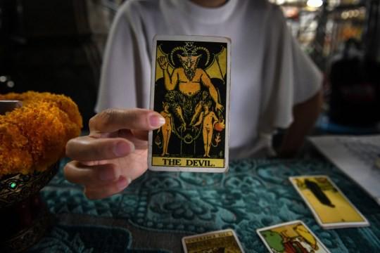 Bị bạn gái dùng bài Tarot bắt thóp chuyện ngoại tình, người đàn ông quay sang hành hung dã man người yêu - ảnh 2
