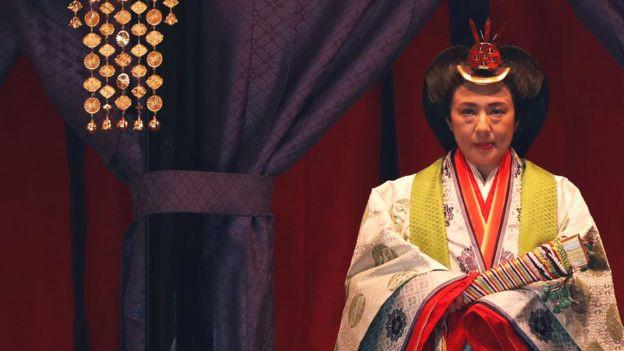Ngay trước khi Nhật hoàng đăng quang, cầu vồng bất ngờ xuất hiện và núi Phú Sĩ đón đợt tuyết đầu tiên trong sự ngỡ ngàng của người dân - ảnh 2