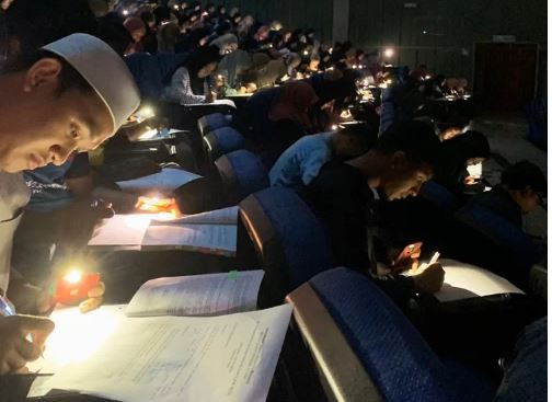Chăm chỉ như sinh viên trường người ta: Cúp điện vẫn rọi đèn pin điện thoại để làm bài kiểm tra - ảnh 1