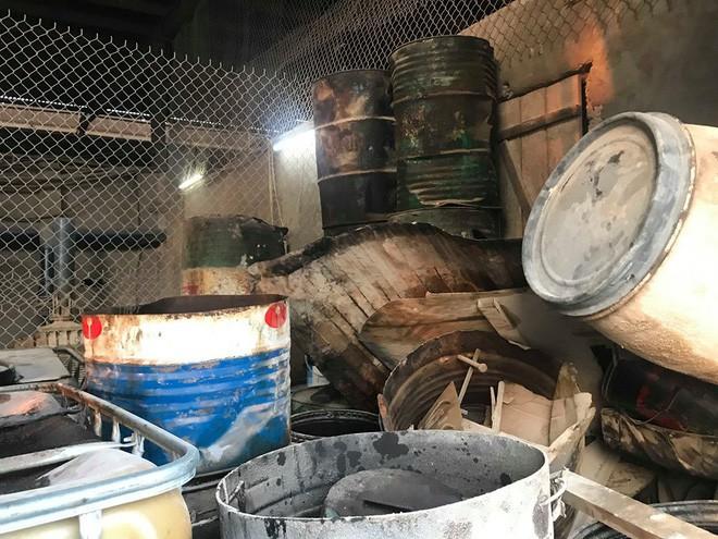 Cận cảnh nơi lưu giữ dầu thải bị tuồn ra đầu độc nước sông Đà của Công ty gốm sứ Thanh Hà - ảnh 12