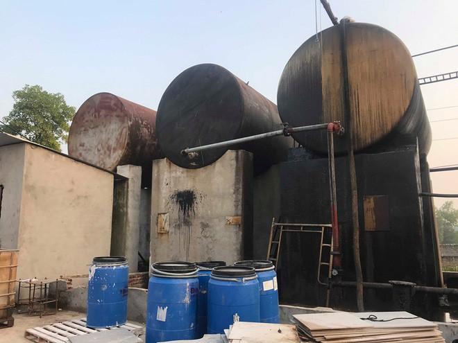 Cận cảnh nơi lưu giữ dầu thải bị tuồn ra đầu độc nước sông Đà của Công ty gốm sứ Thanh Hà - ảnh 16