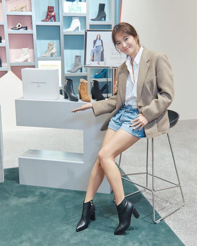 Song Hye Kyo trẻ trung như gái đôi mươi, gây thiện cảm khi tự thiết kế giày ủng hộ quỹ từ thiện - ảnh 4