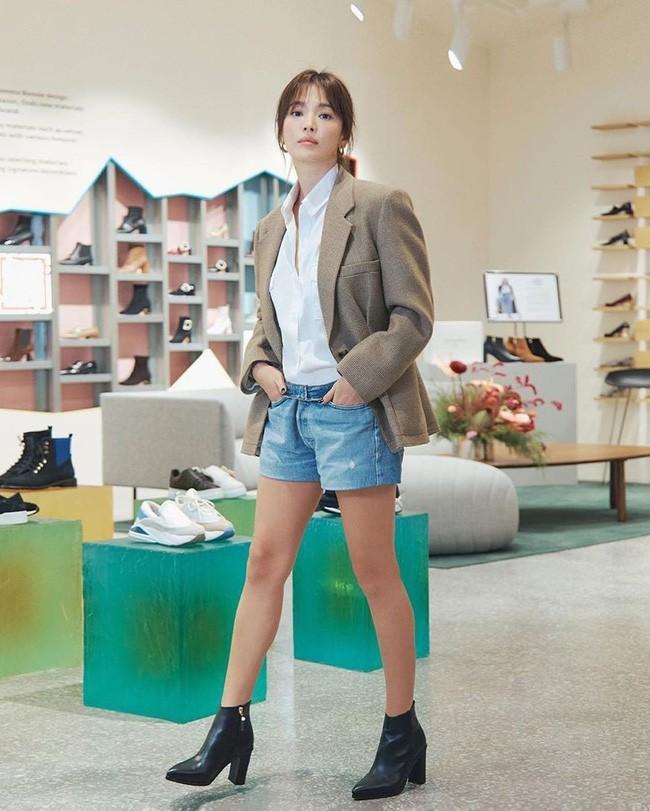 Song Hye Kyo trẻ trung như gái đôi mươi, gây thiện cảm khi tự thiết kế giày ủng hộ quỹ từ thiện - ảnh 6