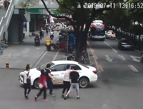 Bạn trai đột ngột bị 3 người đến bắt đi không lý do, cô gái báo cảnh sát mới phát hiện bộ mặt thật của chồng tương lai - ảnh 1
