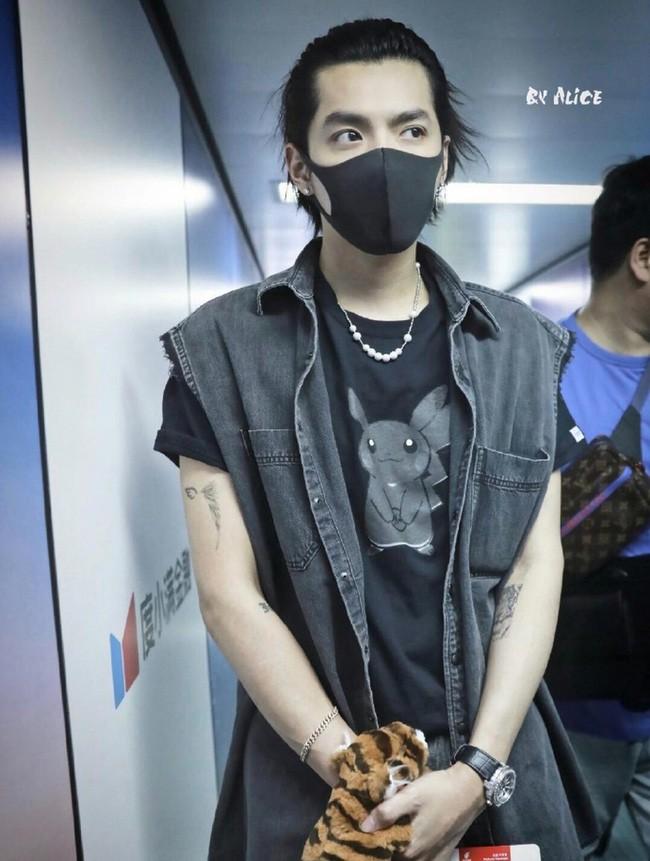 Những mỹ nam khiến dân tình đổ gục khi đeo vòng ngọc trai: Từ idol đẹp nhất thế giới đến Sơn Tùng đều góp mặt - ảnh 7