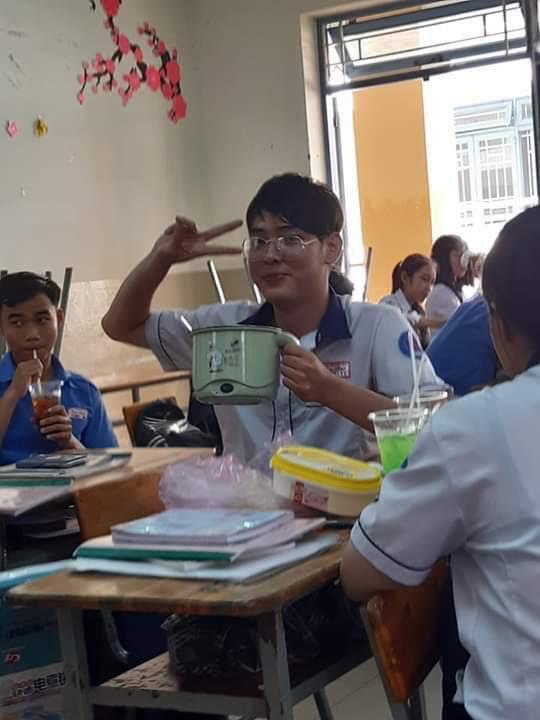 Đang ăn trưa mà bị mẹ bắt đi học, nam sinh cầm cả nồi mì đến lớp nhưng điều khiến dân mạng phát cuồng chính là vẻ đẹp trai mê hoặc - ảnh 4