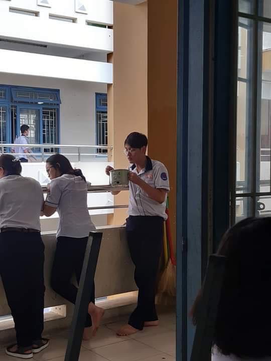 Đang ăn trưa mà bị mẹ bắt đi học, nam sinh cầm cả nồi mì đến lớp nhưng điều khiến dân mạng phát cuồng chính là vẻ đẹp trai mê hoặc - ảnh 1