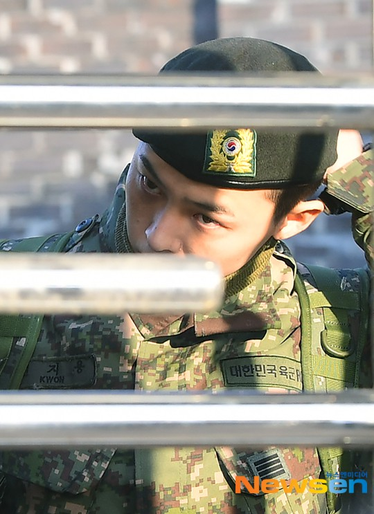 Ông hoàng Kpop G-Dragon cuối cùng đã xuất ngũ: Quá ngầu, cúi gập 90 độ trước 3.000 fan và phóng viên đông nghẹt thở - Ảnh 4.
