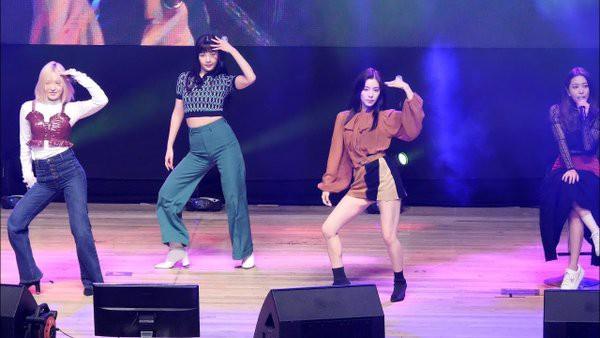 Đâu chỉ riêng TWICE, Red Velvet cũng đang rơi vào tình trạng đáng báo động khi Seulgi vắng mặt, Yeri ngồi ghế biểu diễn tại sân khấu mới nhất - ảnh 1