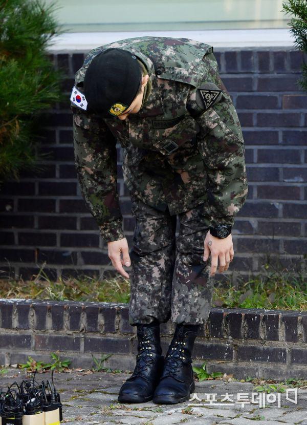 Ông hoàng Kpop G-Dragon cuối cùng đã xuất ngũ: Quá ngầu, cúi gập 90 độ trước 3.000 fan và phóng viên đông nghẹt thở - Ảnh 9.