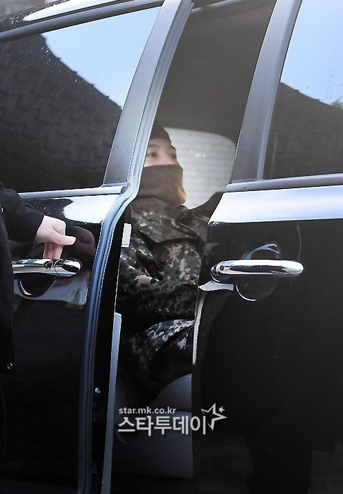 Ông hoàng Kpop G-Dragon cuối cùng đã xuất ngũ: Quá ngầu, cúi gập 90 độ trước 3.000 fan và phóng viên đông nghẹt thở - Ảnh 2.