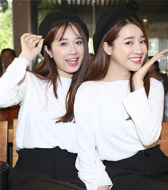 Chị em nhà Nhã Phương xinh đẹp vẹn toàn, chăm làm điệu và diện đồ giống nhau khi đứng chung 1 khung hình - ảnh 3