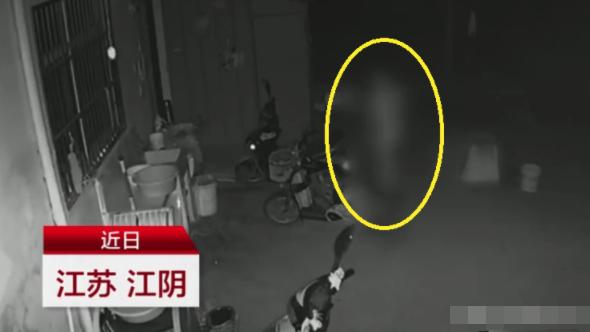 Nửa đêm tỉnh giấc vì có ai đụng vào, người phụ nữ tá hỏa phát hiện đứng bên cạnh giường là một người đàn ông lạ mặt khỏa thân - ảnh 1