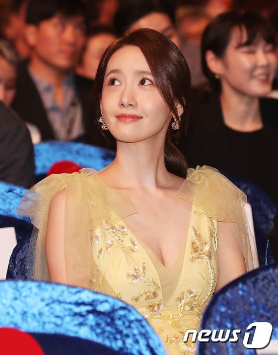 Xuất hiện chưa đến 2 phút đã gây nổ thảm đỏ, Yoona (SNSD) đẹp bức thở thế này bảo sao phóng viên còn phải choáng - ảnh 14