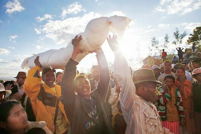 Halloween phiên bản Madagascar: Lễ hội ma kỳ dị bậc nhất thế giới, mang cả... xác chết ra ngoài trời cùng nhau nhảy múa - ảnh 12