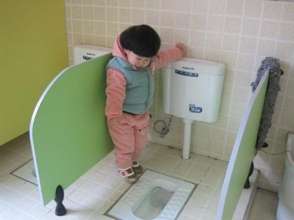 Cô giáo gửi ảnh con gái 4 tuổi trong nhà vệ sinh, người mẹ vô cùng tức giận cùng ban phụ huynh gặp ngay hiệu trưởng - ảnh 2
