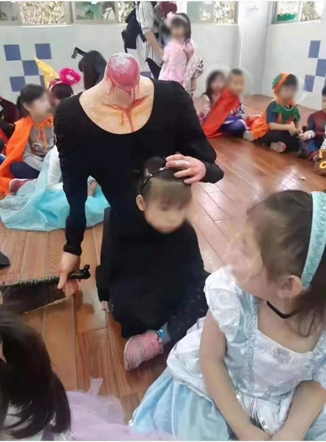 Cosplay người mất đầu cầm dao đến lớp dịp Halloween, bé gái khiến nhiều người hết hồn vì chơi quá lớn - ảnh 1